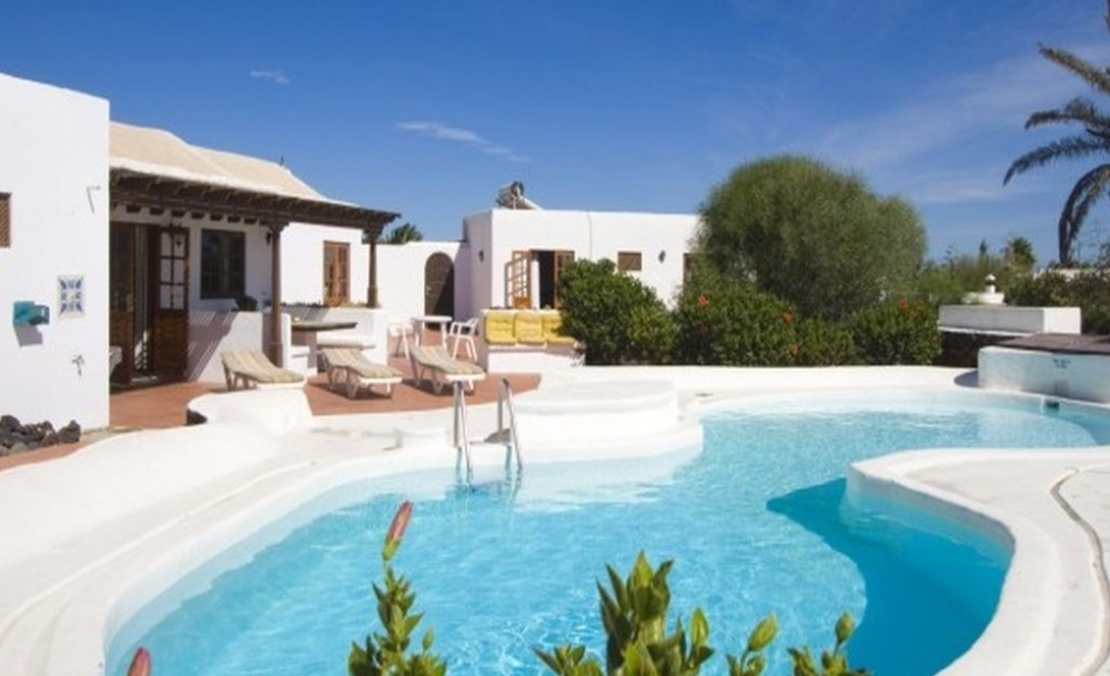 Luxury 3 Bedroom villa Pool with sea views - Los Mojones - lanzaroteproperty.com