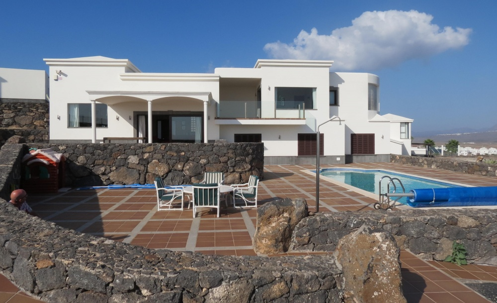 Beautiful 4 Bedroom Villa in Playa Blanca with Pool and Stunning Sea Views - Playa Blanca - lanzaroteproperty.com
