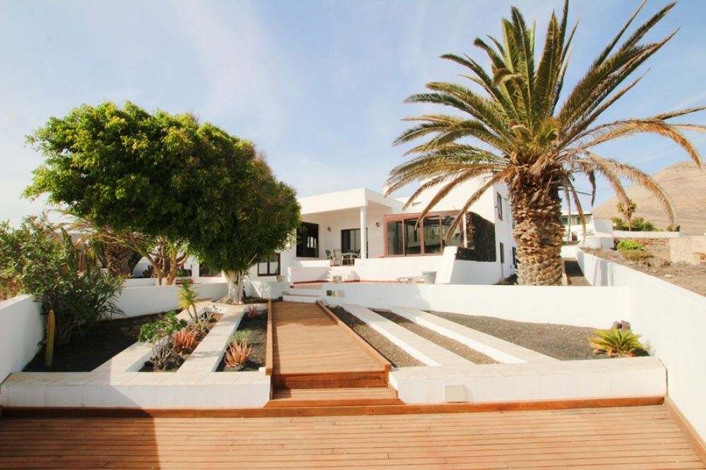 5 Bedroom 3 bathroom set on large plot in the tranquil town of Tias - . - lanzaroteproperty.com