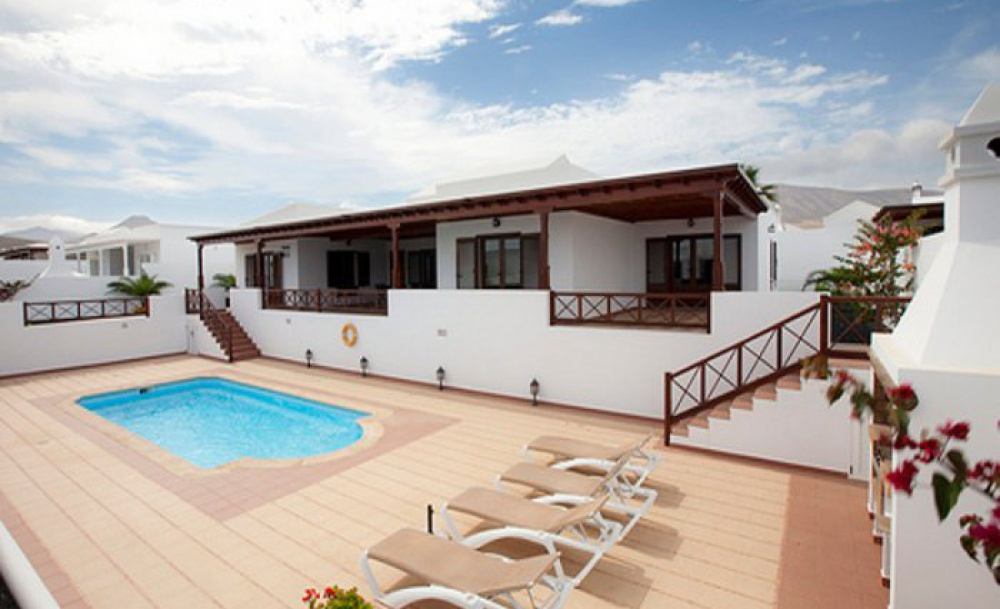 Luxury villas with pool and garage - Puerto Calero - lanzaroteproperty.com
