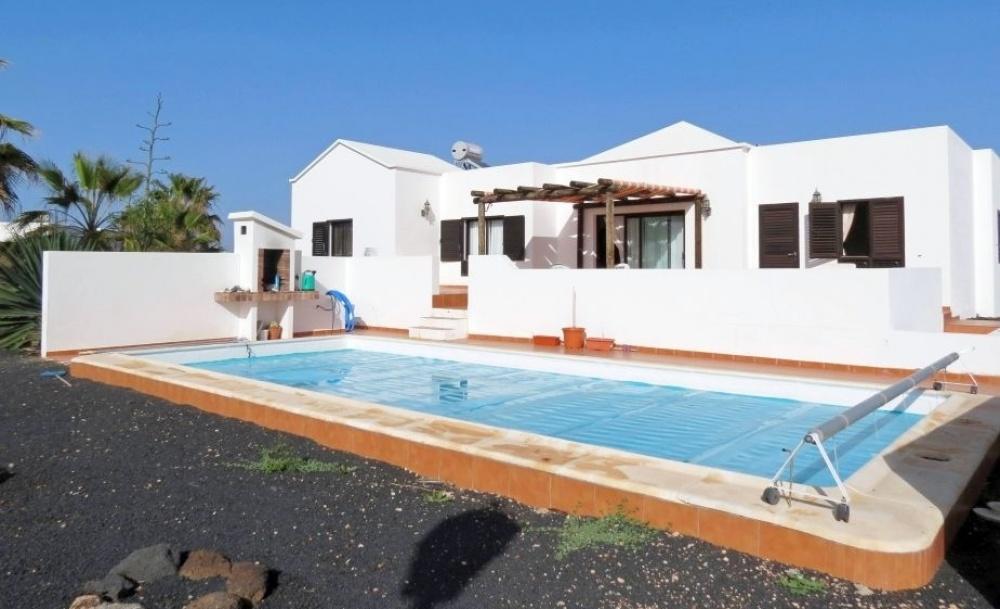 Detached 3 bedroom, 2 bathroom villa with beautiful sea views for sale in Playa Blanca. - Playa Blanca - lanzaroteproperty.com