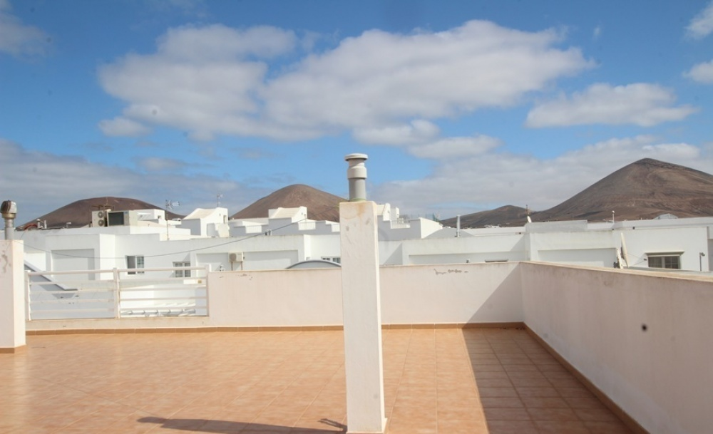 Top floor 2 bedroom apartment with mountain views in Tias - Tias - lanzaroteproperty.com
