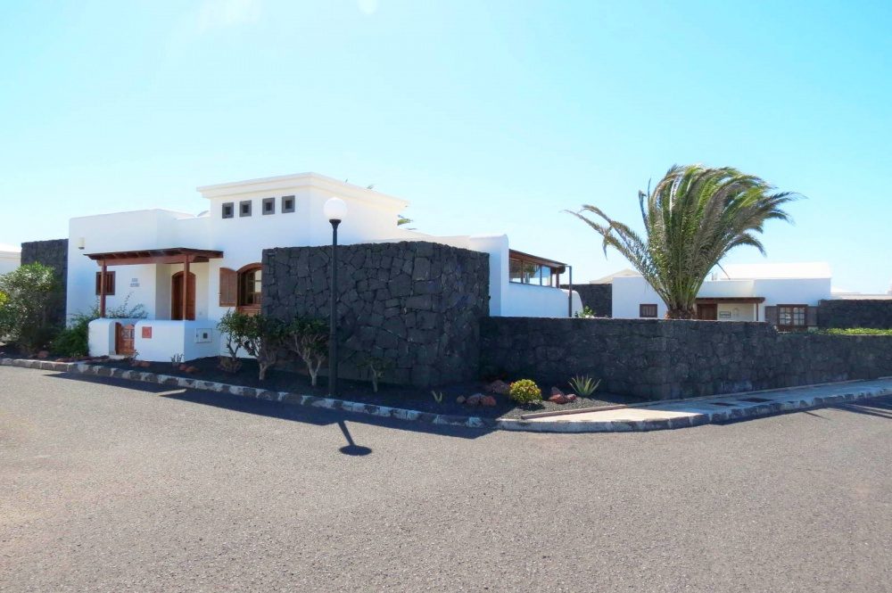 2 Bedroom villa with communal pool for sale in Playa Blanca - Playa Blanca - lanzaroteproperty.com