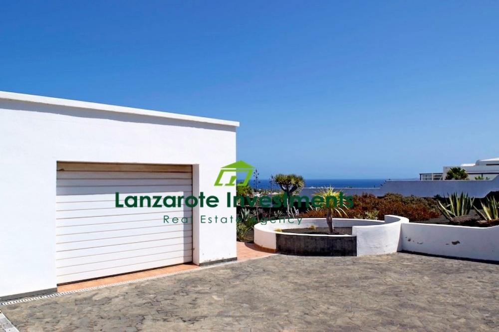 3 Bedroom detached villa with communal swimming pool for sale in Playa Blanca - Playa Blanca - lanzaroteproperty.com