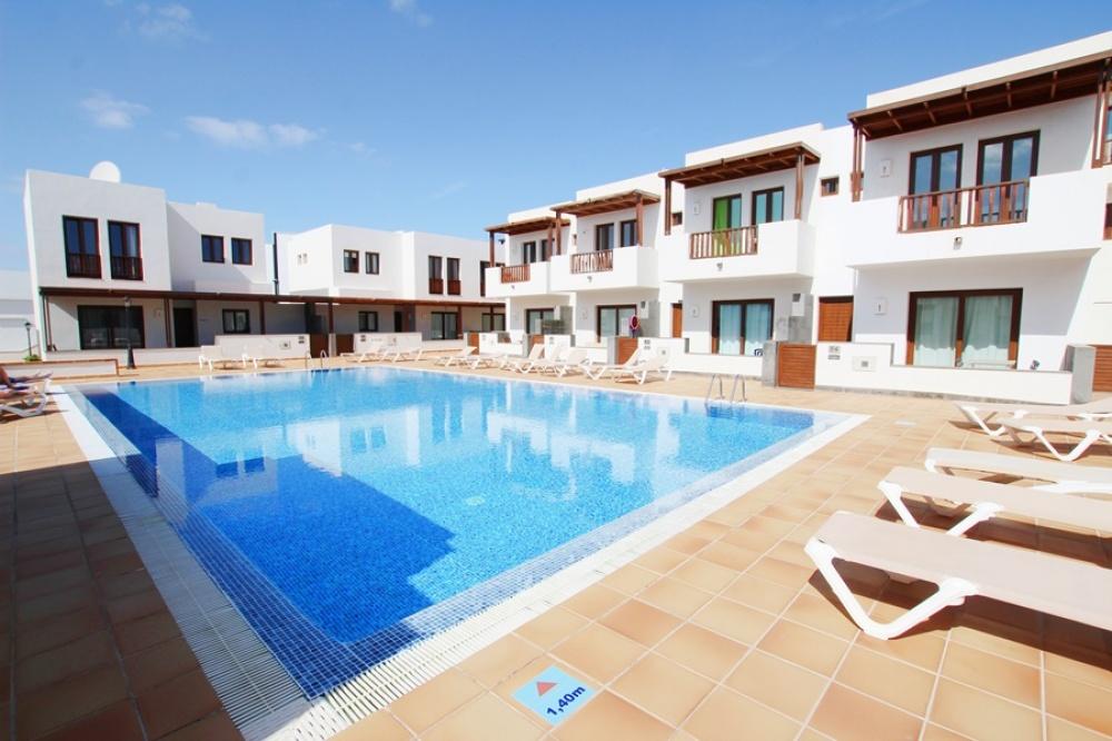 2 Bedroom house with communal pool in the resort of Puerto Calero - . - lanzaroteproperty.com