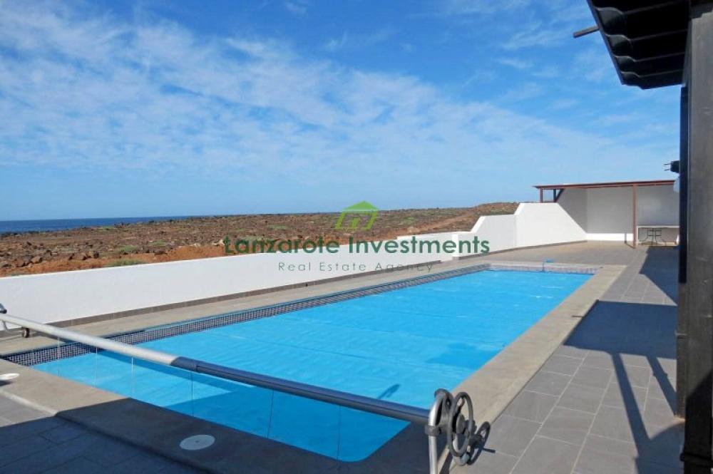 Frontline villa with private pool for sale in Playa Blanca - Playa Blanca - lanzaroteproperty.com